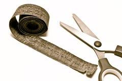Vecchie forbici e misura di nastro Fotografia Stock