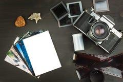 Vecchie foto della festa della spiaggia La vecchia macchina fotografica Memorie del mare Foto dell'album della famiglia Memorie d Immagini Stock