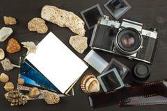 Vecchie foto della festa della spiaggia La vecchia macchina fotografica Memorie del mare Foto dell'album della famiglia Memorie d Fotografia Stock Libera da Diritti