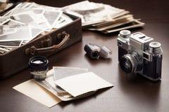 Vecchie foto ed attrezzature della foto Immagine Stock