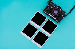 Vecchie fotografie di istante e della macchina da presa con spazio vuoto sui ciano precedenti concetto di corsa Fotografia Stock Libera da Diritti