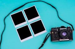 Vecchie fotografie di istante e della macchina da presa con spazio vuoto sui ciano precedenti concetto di corsa Fotografie Stock
