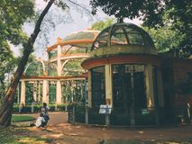 Vecchie gabbie per gli animali nello zoo di Saigon in Soth Vietnam Fotografia Stock