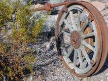 Vecchie gomme con le punte della ruota di vagone del metallo nel deserto in Arizona in una città abbandonata di estrazione minera Fotografia Stock