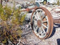 Vecchie gomme con le punte della ruota di vagone del metallo nel deserto in Arizona in una città abbandonata di estrazione minera Fotografie Stock