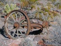 Vecchie gomme con le punte della ruota di vagone del metallo nel deserto in Arizona in una città abbandonata di estrazione minera Fotografie Stock Libere da Diritti