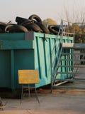 vecchie gomme delle automobili e dei camion nel centro della raccolta del recycla Fotografia Stock Libera da Diritti