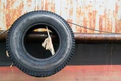 Vecchie gomme sulla barca Fotografie Stock Libere da Diritti