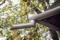 Vecchie gronda e grondaia di una casa Fotografie Stock Libere da Diritti