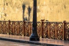 Vecchie iluminazione pubblica e parete di lerciume in Santa Ifigenia Viaduct fotografia stock