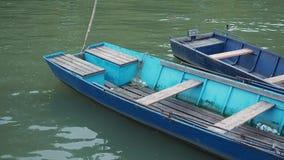 Vecchie imbarcazioni a remi di pesca al pilastro sull'acqua video d archivio