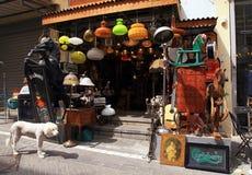 Vecchie lampade d'annata, giocattoli, mobilia e l'altro personale alla pulce di Giaffa Fotografia Stock Libera da Diritti
