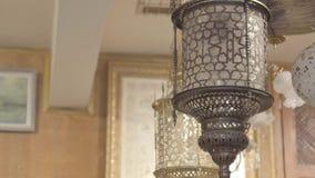 Vecchie lanterne del negozio antico stock footage