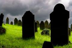 Vecchie lapidi in un cimitero Immagine Stock Libera da Diritti