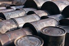 Vecchie latte del metallo che si trovano sulla terra Fotografia Stock Libera da Diritti