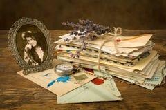Vecchie lettere e un ritratto immagine stock libera da diritti