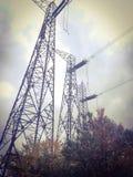 Vecchie linee elettriche ad alta tensione fotografia stock