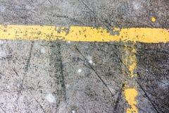 Vecchie linee gialle di traffico sulla strada Immagine Stock Libera da Diritti