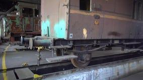 Vecchie locomotive nel museo di trasporto video d archivio