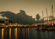 Vecchie luci dell'automobile del cielo delle barche di vista del porto di esposizione lunga immagini stock
