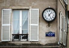 Vecchie ma finestre rinnovate nella parte storica di Bruxelles fotografia stock