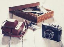 Vecchie macchina fotografica e borsa, scatola di legno con le foto Immagini Stock Libere da Diritti