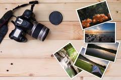 Vecchie macchina fotografica e pila di foto sul fondo di legno di lerciume d'annata Immagine Stock