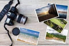 Vecchie macchina fotografica e pila di foto sul fondo di legno di lerciume d'annata Fotografia Stock