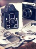 Vecchie macchine fotografiche e foto, natura morta Fotografie Stock