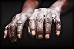 Vecchie mani del lavoratore Immagini Stock