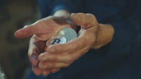 Vecchie mani femminili corrugate che tengono molti bitcoins dorati e d'argento video d archivio