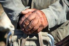 Vecchie mani funzionanti del coltivatore del primo piano Immagine Stock