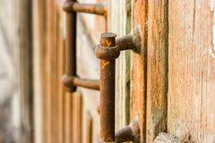 Vecchie maniglie di Rusty Door sulla porta di legno wathered in Astrachan', Russia Immagine Stock