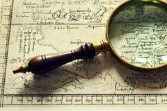 Vecchie mappe e una lente Immagini Stock Libere da Diritti