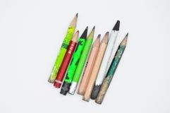 Vecchie matite di grafite finite ed utilizzate di colore immagini stock