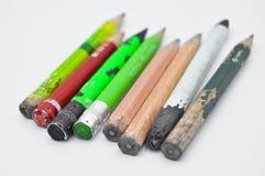 Vecchie matite di grafite finite ed utilizzate di colore fotografie stock libere da diritti