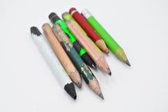 Vecchie matite di grafite finite ed utilizzate di colore fotografia stock libera da diritti