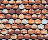 Vecchie mattonelle arrugginite della sfortuna del metallo - modello stagionato del primo piano del tetto dell'assicella Fotografie Stock