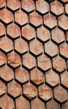 Vecchie mattonelle arrugginite della sfortuna del metallo - modello stagionato del primo piano del tetto dell'assicella Immagini Stock