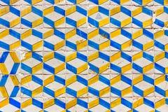 Vecchie mattonelle ceramiche tipiche della parete di Lisbona (azulejos) Fotografia Stock