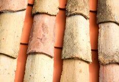 Vecchie mattonelle di tetto ceramiche Immagine Stock