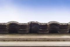Vecchie mattonelle di tetto con cielo blu Immagini Stock Libere da Diritti