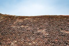 Vecchie mattonelle di tetto con muschio su loro fotografia stock