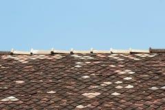 Vecchie mattonelle di tetto dell'assicella Fotografia Stock