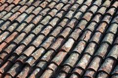 Vecchie mattonelle di tetto della casa Fotografia Stock