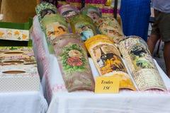 """Vecchie mattonelle di tetto dipinte da vendere sulla fiera di notte """"di Ramellet """"del pomodoro in Maria de la Salut fotografia stock"""