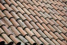 Vecchie mattonelle di tetto rosse reali storiche con la ripetizione dei modelli fotografia stock libera da diritti