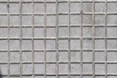 Vecchie mattonelle sul pavimento della città Bassorilievo? Dove è il sole? Del nord o del sud fotografia stock
