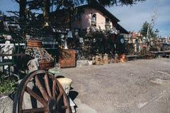 Vecchie merci da vendere in un mercato delle pulci del bordo della strada Fotografia Stock Libera da Diritti