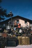 Vecchie merci da vendere in un mercato delle pulci del bordo della strada Fotografia Stock